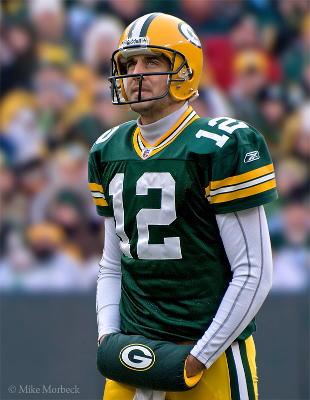 Aaron Rodgers returns to game after leaving with knee injury